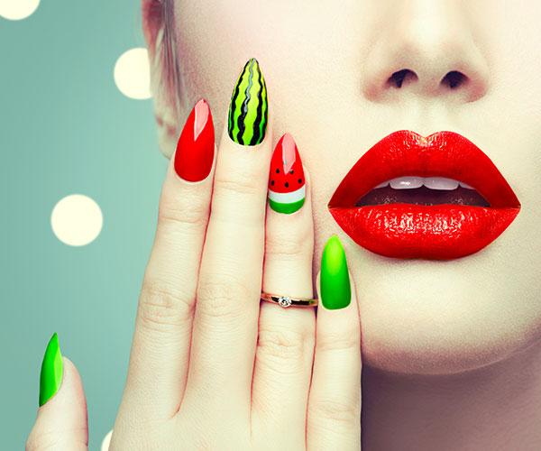 Nail Art aus Acryl oder Gellack hält ca. 4 bis 5 Wochen lang.