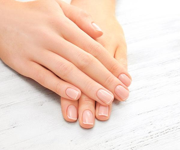 Gönnen Sie sich eine Manicure und geniessen Sie alle Schritte der klassischen Nagelpflege.