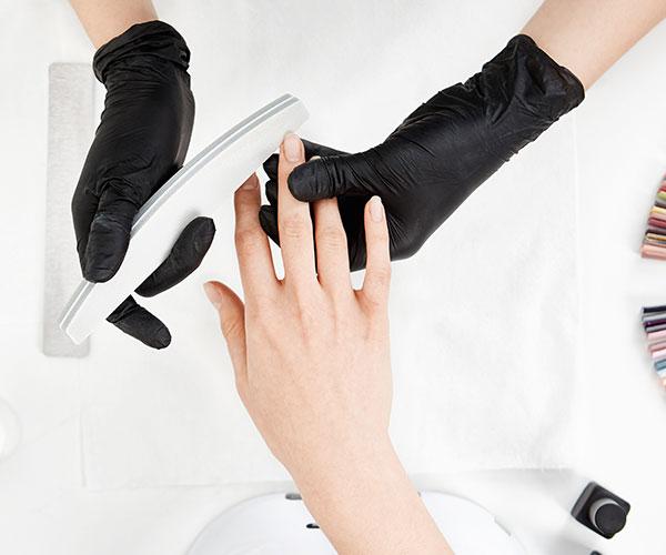 Nagelbrüche und andere Malheurs lassen sich mit der nötigen Kenntnis und Technik reparieren.
