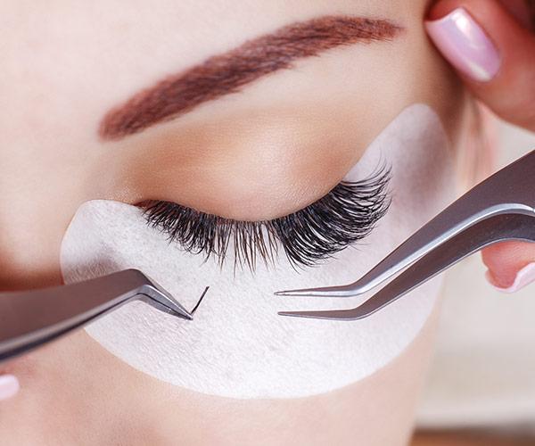 Kosmetische Wimpernapplikation (Lash Extensions) in der 1:1-Methode erfordert höchste Präzision.