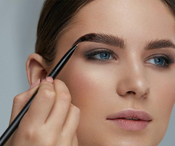 Beim Microblading spielen die individuellen Hautmerkmale, die Form der Augenpartie und das gewünschte Styling eine Rolle.
