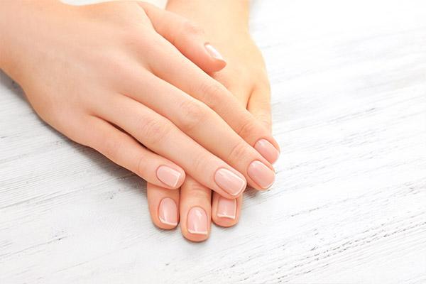 Acrylnägel bestehen aus sehr hartem Material und sind somit etwa doppelt so belastbar wie Gel-Nägel.