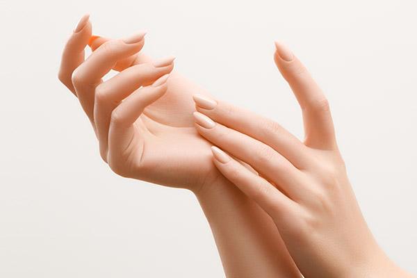 French Nails sind ein klassischer Look, der auf internationaler Bühne gerade neu interpretiert wird.